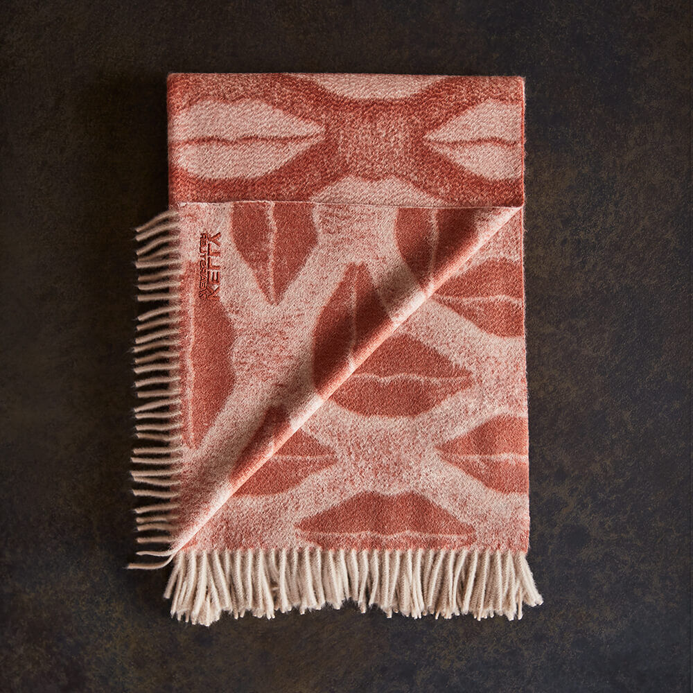 LUXE KISSES THROW